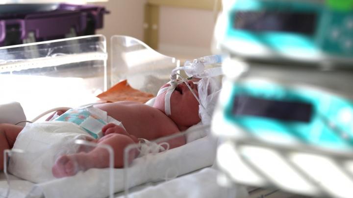 «Делали кесарево прямо на траве у роддома»: в Уфе врачи спасли жизнь беременной, выпавшей в окно