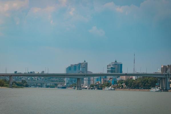 Девушку сидела на перилах моста