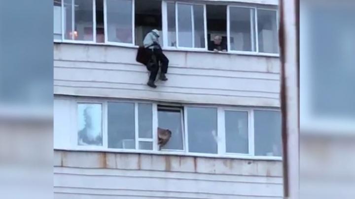 На Уралмаше мужчина на веревке спустился с 15-го этажа, чтобы спасти собаку, застрявшую в окне
