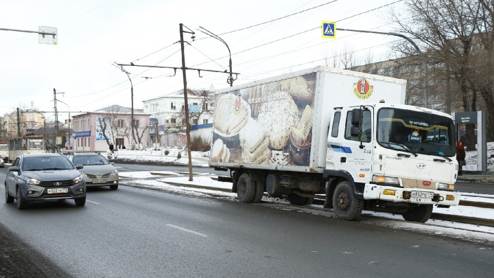 На пешеходном переходе в Челябинске водитель хлебного фургона сбил женщину. Из-за ДТП встали трамваи