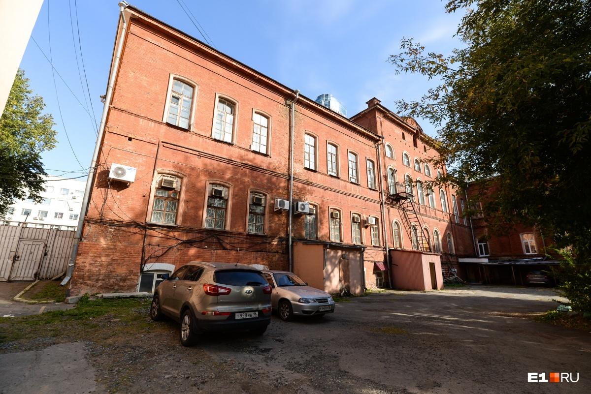 В прошлом педагогический университет — это первая женская гимназия. Она была построена в 1870–1890-е годы, с того времени здание практически не изменилось