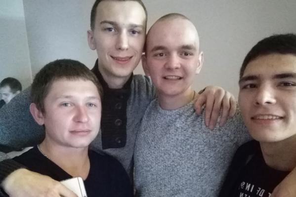 Друзья Руслана Лапина (третий слева) рассказали, что он мечтал служить в армии