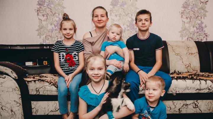 Выселение тюменской многодетной семьи Олеси Курлович из квартиры, проданной за долги, приостановлено