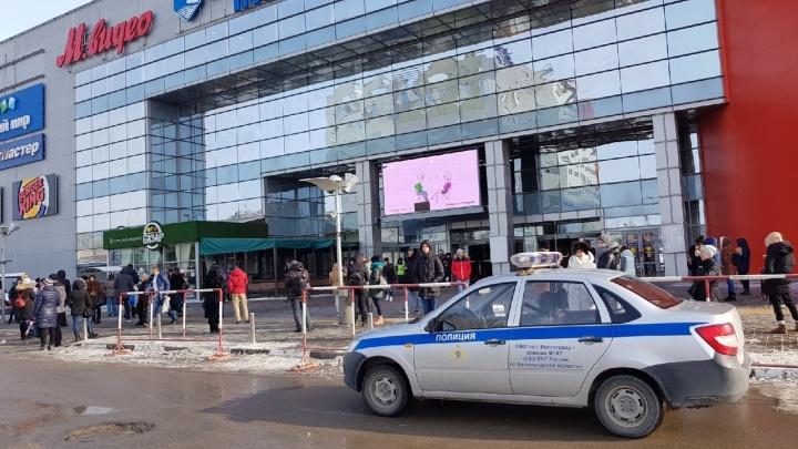 «Многие выбежали без курток»: в Волгограде спешно эвакуируют посетителей торговых центров