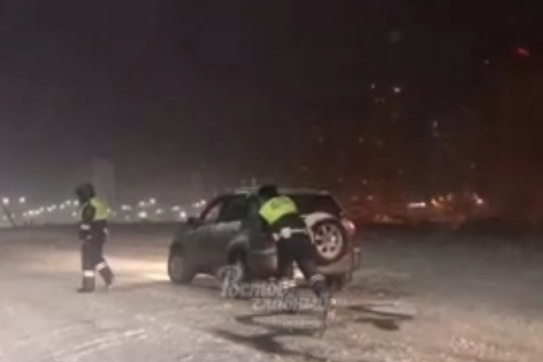 Автомобилисты не могли самостоятельно выбраться из снежных заторов