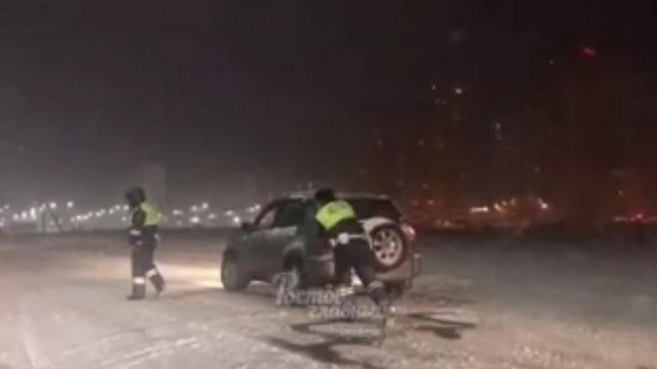 Ростовские гаишники ночью помогали автомобилистам, застрявшим в снегу
