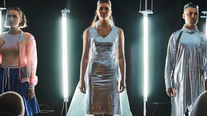 Модельер-художница из Красноярска сшила одежду из полиэтилена для нового спектакля