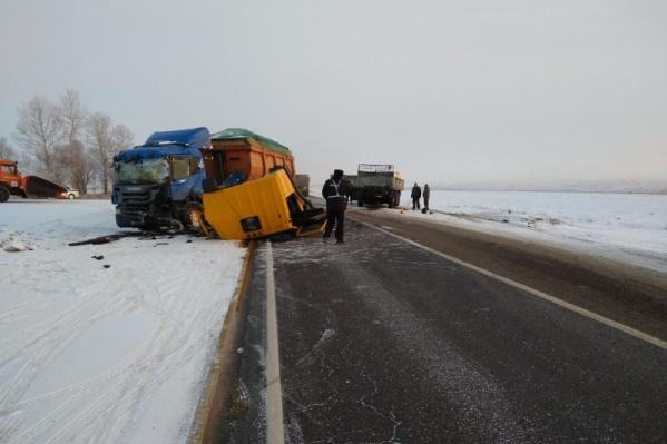 Три грузовика столкнулись на трассе этим утром