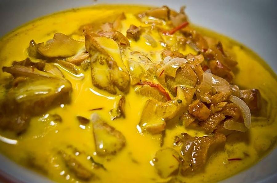 Лисички под шафрановым соусом