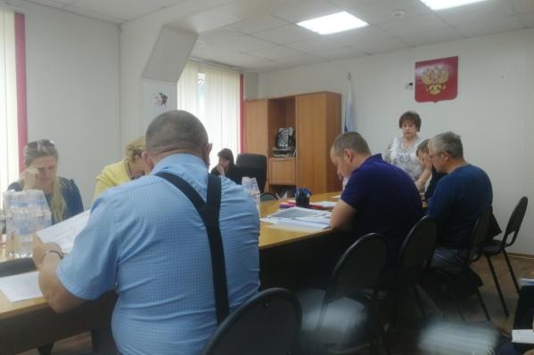 По словам Степановой, 67-летняя единоросска Нина Нечаева вызвала полицию, чтобы выгнать женщину с депутатской сессии