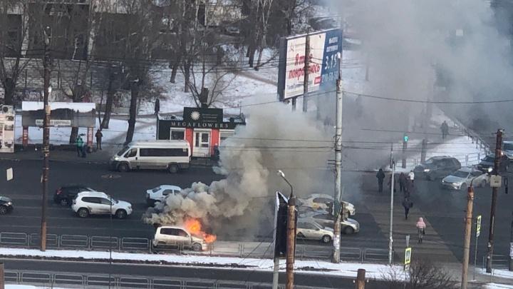 В Челябинске на оживлённом перекрёстке вспыхнула иномарка