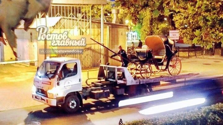 «Как теперь его светлости досуг проводить?»: из центра Ростова на эвакуаторе увезли карету
