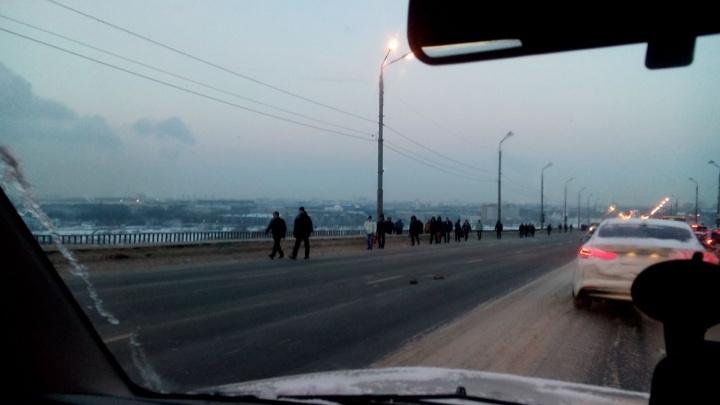 Нижегородцы идут пешком через Мызинский мост, движение на котором встало