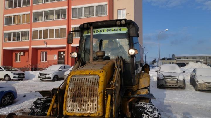 Приехала техника и ЧОП: жители Эльмаша не дали застройщику возвести забор вокруг парковки