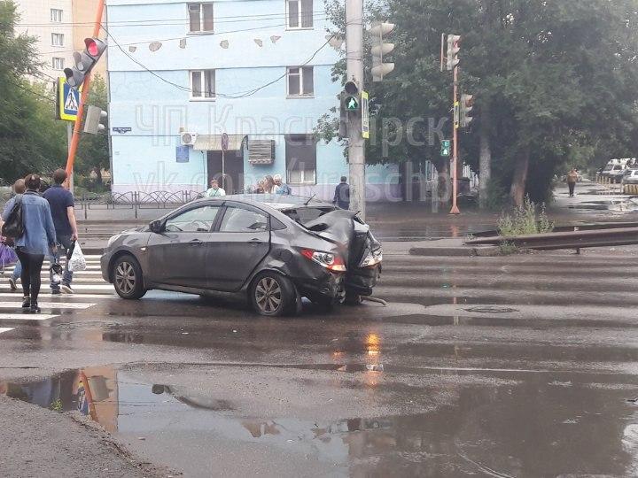 Вцентре Красноярска из-за резкого заноса иностранная машина сбила светофор