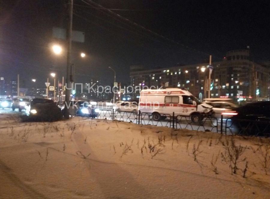 ВКрасноярске наперекрестке шофёр  непропустил «скорую»— иностранная машина  протаранила спецмашину