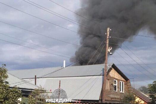 В Первомайском районе Новосибирска загорелась баня —спасатели около часа тушили пожар