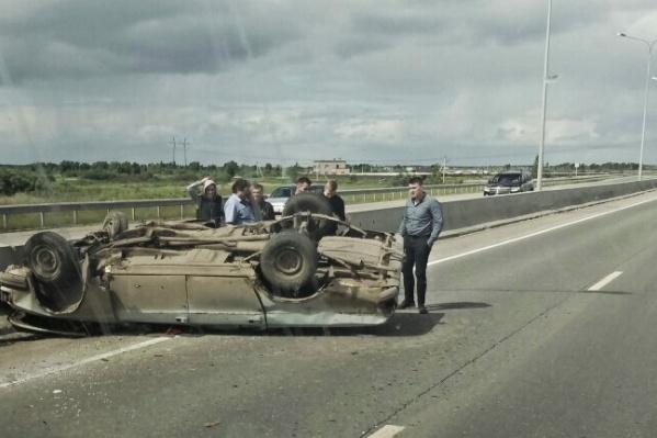 Водитель «Волги» не успел уйти от столкновения. В результате машина перевернулась на крышу, чуть не вылетев за бетонное ограждение