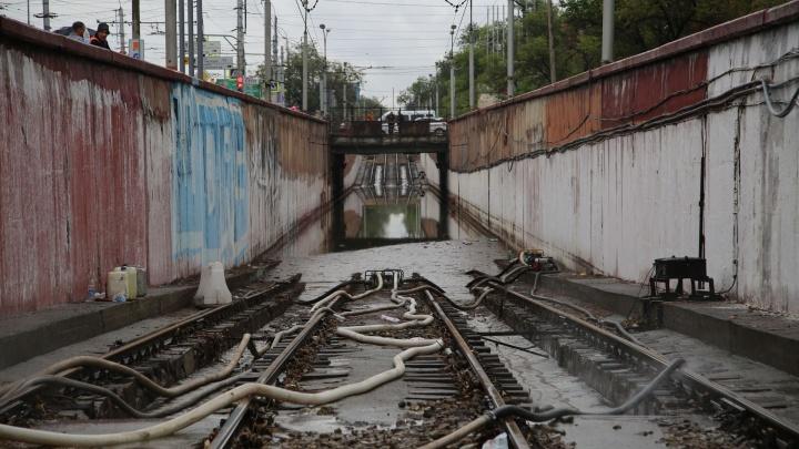 «Мы еще откачиваем»: затопленный тоннель отрезал север Волгограда от скоростного трамвая