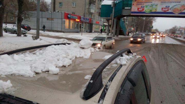 Ледяная глыба рухнула на машину с надземного перехода на Большевистской