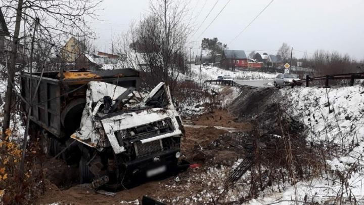 В Прикамье грузовик вылетел в кювет: водитель погиб