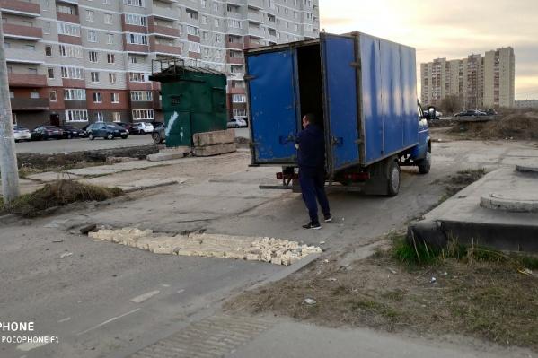 Мужчина заделал кирпичами яму на улице Бабича