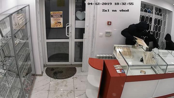 Управились за 20 секунд: появилось видео дерзкого ограбления ювелирного салона в Березовском