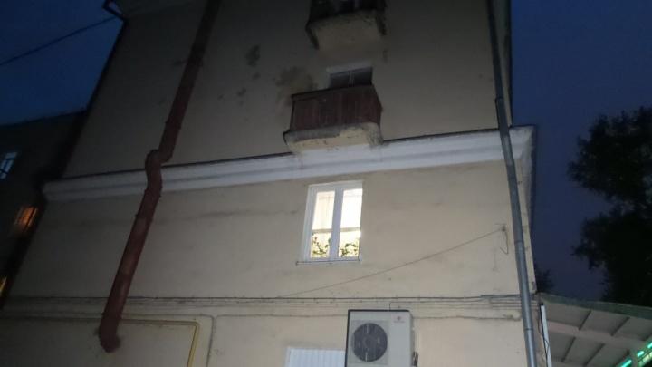На Уктусе обломок балкона четырехэтажного дома упал на иномарку