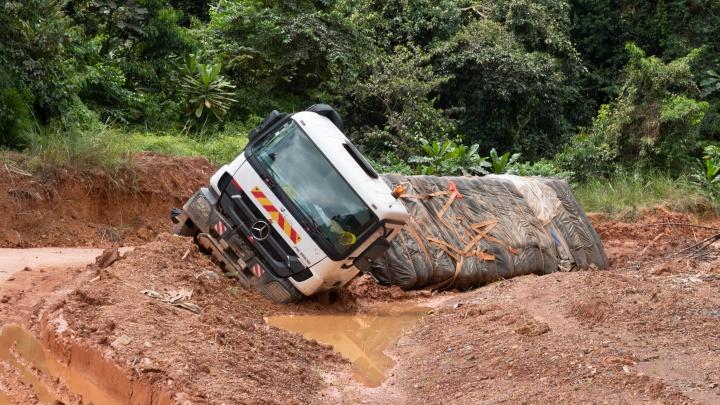 «Выволакивают водителя и начинают бить»: сибиряк — об африканских дорогах, где фуры застревают на неделю