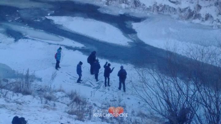 Дети устроили опасные игры на едва покрывшейся льдом Каче