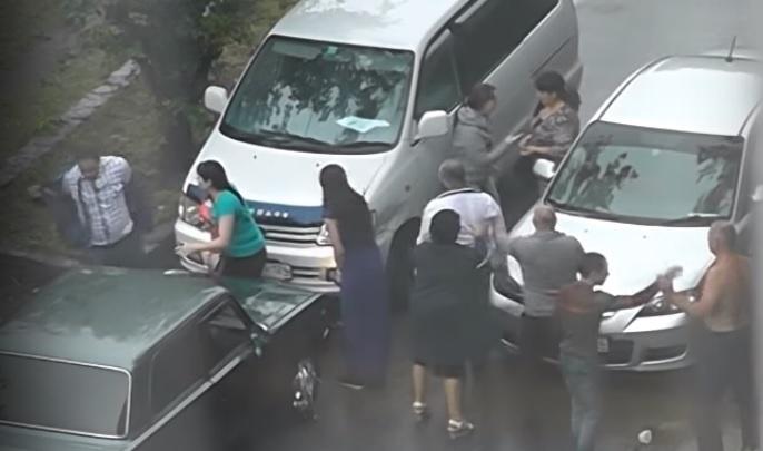 Участники массовой драки делили объезд затопленной улицы