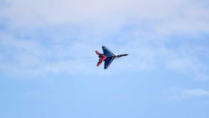 Одинокий, но эффектный МиГ показал высший пилотаж на День Победы в Нижнем Новгороде