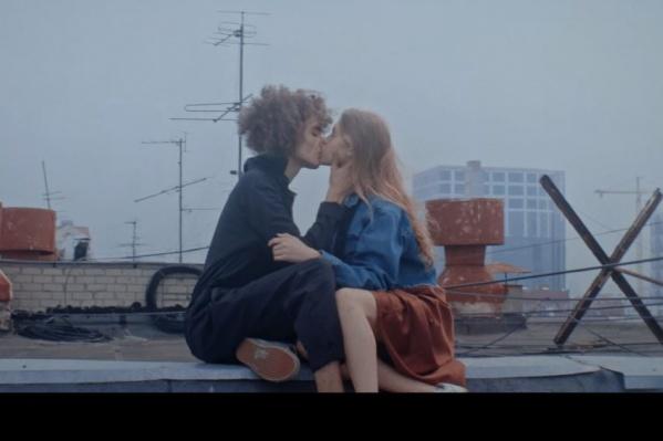 В клипе много поцелуев