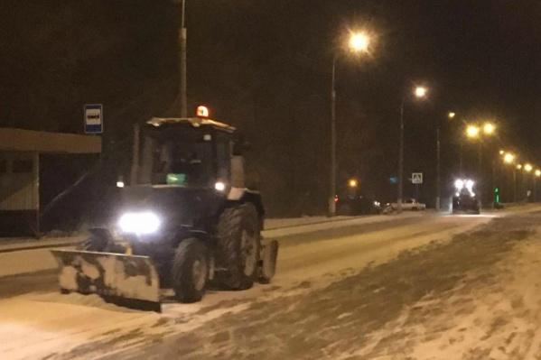 Ночью город от снега очищали 34 единицы техники