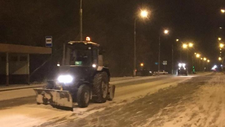 Дорожники всю ночь чистили Курган от снега