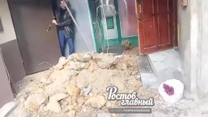 «Хорошо, что детей не было рядом»: в одном из дворов Нахичевани рухнула арочная стена
