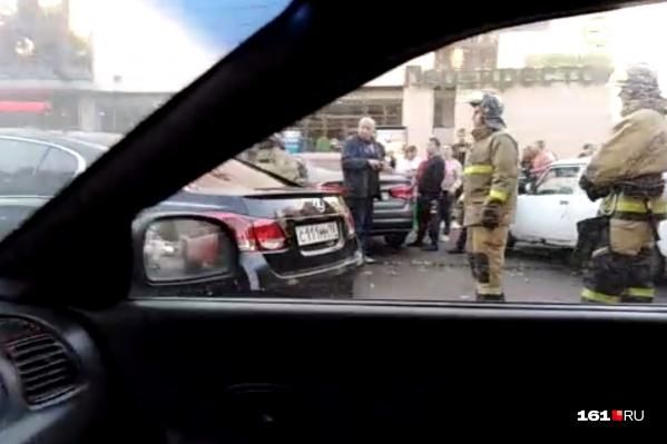 Рядом с ТЦ столкнулись три автомобиля