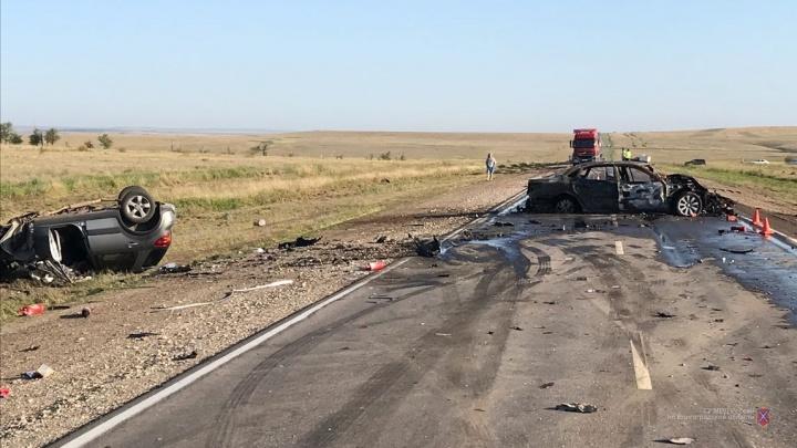 Столкнулись три машины, одна сгорела: семья из Челябинска разбилась в аварии под Волгоградом