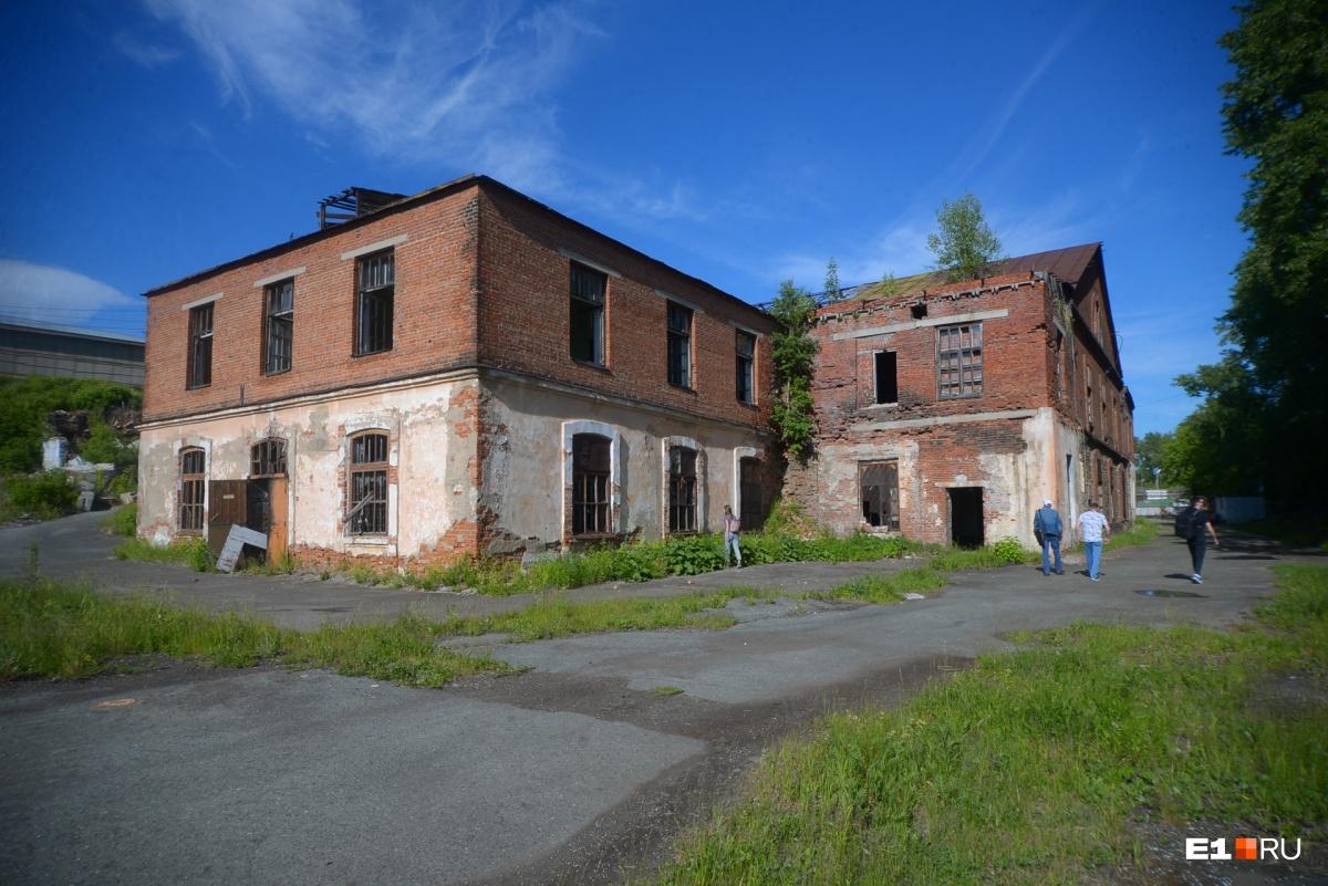 У завода сохранилось несколько корпусов, но часть утрачена