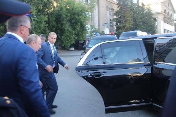 Это фото сделал Иван Колотовкин, когда Путин возвращался обратно в машину