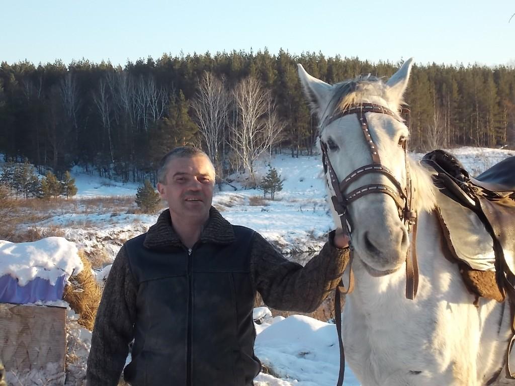 Эдуард Боровиков занимался разведением лошадей и в момент, когда на него напала гадюка, возился с жеребёнком