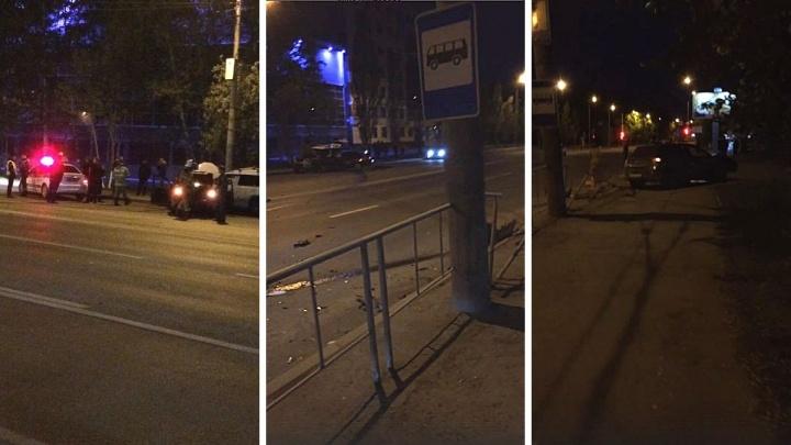 Три иномарки столкнулись в районе «Электрона». По словам очевидцев, один из участников ДТП — такси