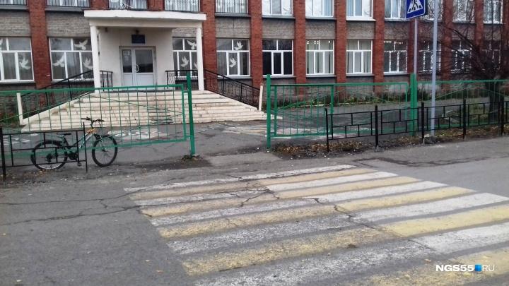 Спрячь забор за высоким забором: самые бесполезные пешеходные ограждения в Омске