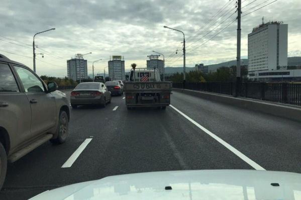 Водителям рекомендуют ехать через 4-й мост и пересаживаться на автобусы