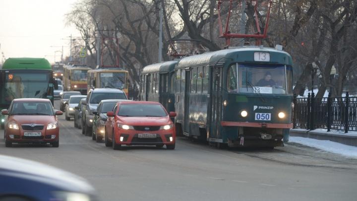 У Музкомедии из-за брошенного в вагоне рюкзака встали трамваи