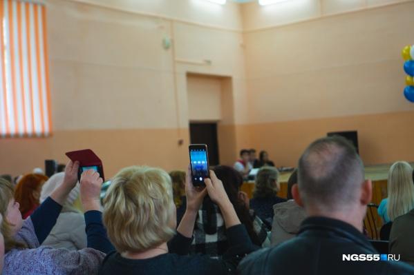 Происшествие могло испортить праздник выпускникам и их родителям, сидевшим в зале