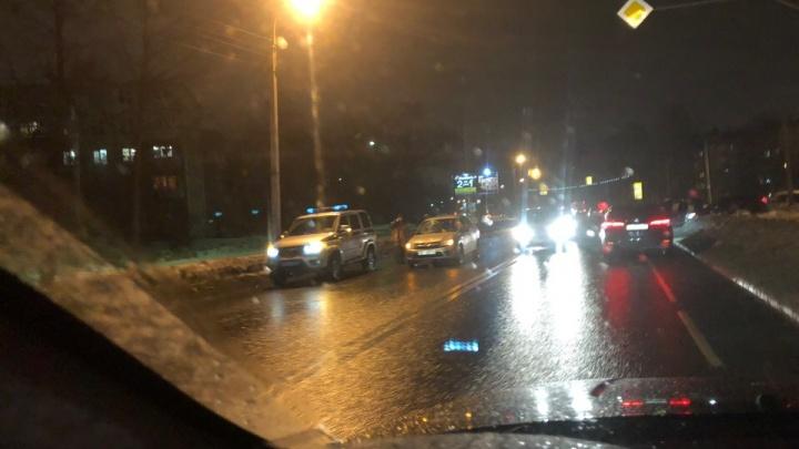 «Стоял на обочине, а потом побежал»: в Ярославле легковушка сбила пешехода