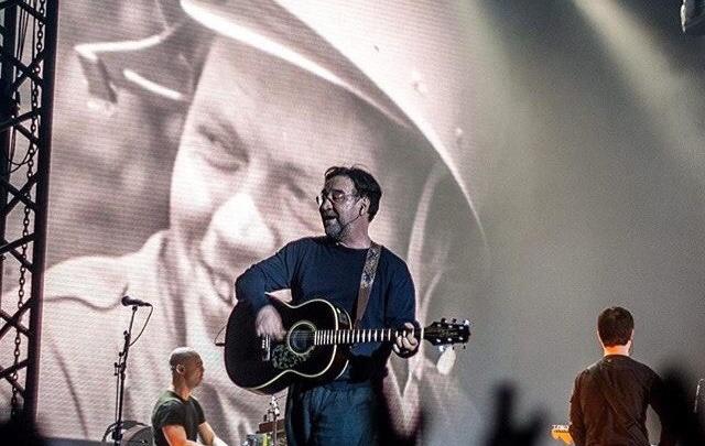 Юрий Шевчук на концерте в Екатеринбурге посвятил песни ушедшим поэтам и рокерам