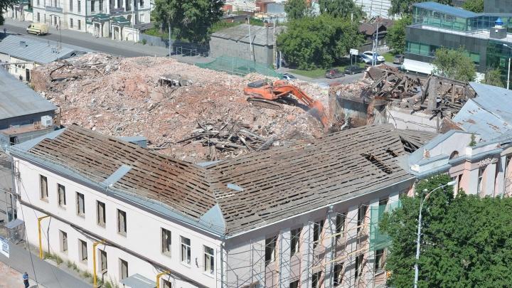 Последние часы: смотрим сверху на разрушенное старинное здание бани на Куйбышева