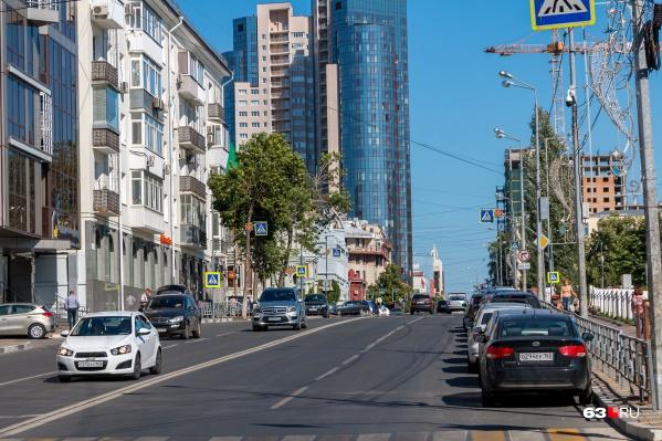 Пока суть да дело, в старой Самаре, например на Вилоновской, уже вырос 33-этажный дом